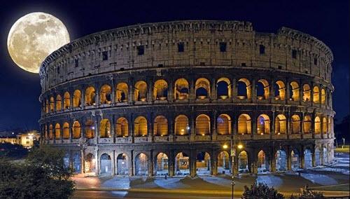 La lune sur le Colisée